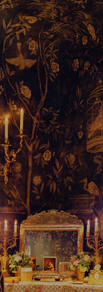 Chinoiserie Wallpaper, golden mirror and candlelight